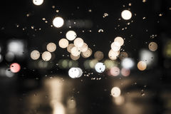 Nat het venster met de achtergrond van de het verkeersmening van de nachtstad Stock Afbeeldingen