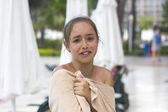 Nat jong meisje die in handdoek aan de camera met grappig gezicht gillen royalty-vrije stock afbeelding