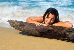 Nat meisje bij een strand royalty-vrije stock foto's