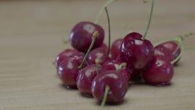 Nat Sappig Cherry Berries Lying On een Houten Lijst stock videobeelden