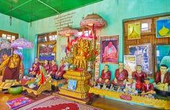 Nat Shrine av den Popa Taung Kalat kloster, Myanmar royaltyfri fotografi