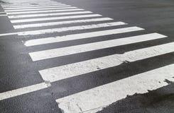 Nat voetzebrapad op stadsstraat, veiligheidsconcept Stock Fotografie