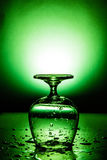 Nat wijnglas met waterdaling royalty-vrije stock foto's