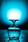 Nat wijnglas met waterdaling royalty-vrije stock afbeelding