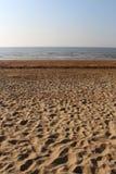 Nat zand, lichte zeebries en avondhemel : stock afbeelding