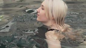 Natação bonita da moça no vídeo da metragem do estoque da associação video estoque