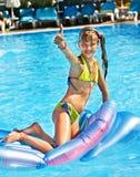 Natação da criança no colchão inflável da praia foto de stock royalty free
