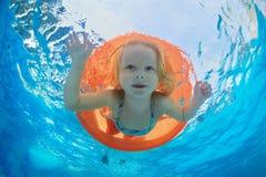 Natação da criança no tubo inflável alaranjado na associação fotografia de stock royalty free