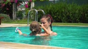 Natação da mãe e da filha na associação em férias vídeos de arquivo