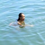 Natação da menina na água fotografia de stock royalty free