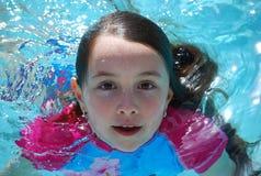Natação da menina na associação que vem acima do underwater Fotografia de Stock
