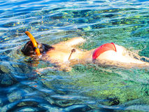 Natação da menina na máscara no mar fotos de stock royalty free