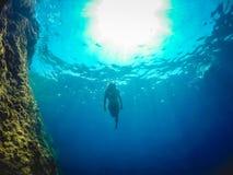 Natação da menina no mar imagem de stock