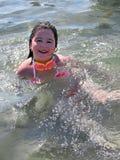 Natação da menina no mar Fotos de Stock