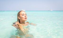 Natação da mulher na água azul foto de stock royalty free