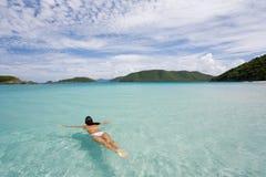 Natação da mulher na água tropical fotos de stock royalty free