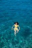 Natação da mulher no mar fotografia de stock