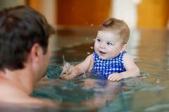 Natação de meia idade feliz do pai com a filha adorável bonito do bebê na associação do giro Paizinho de sorriso e criança pequen imagens de stock