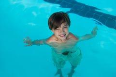 Natação de sorriso do menino na associação imagens de stock royalty free