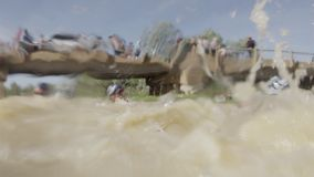 Natação de Triathletes em um rio enlameado vídeos de arquivo