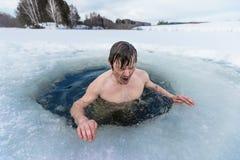 Natação do furo do gelo fotografia de stock royalty free