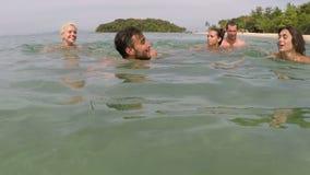 Natação do grupo de pessoas na câmera pov da ação da água do mar de amigos novos junto na praia filme
