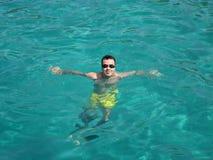 Natação do homem em um mar Imagem de Stock Royalty Free
