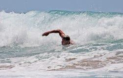 Natação do homem no mar fotografia de stock