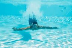 Natação do homem sob a água imagens de stock royalty free