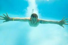 Natação do homem sob a água Foto de Stock Royalty Free