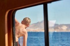 Natação do menino no Mar Vermelho imagens de stock