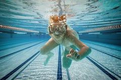 Natação do menino sob a água fotografia de stock