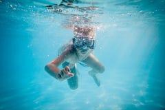 Natação do menino sob a água fotografia de stock royalty free