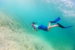 Natação do menino subaquática Fotos de Stock Royalty Free