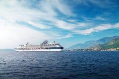 Natação do navio do forro do cruzeiro no mar de adriático azul imagem de stock royalty free