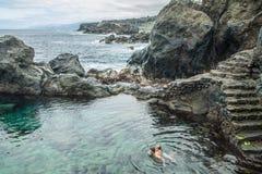 Natação do pai e da filha na piscina natural Charco De La Laja, no norte de Tenerife Foto de Stock Royalty Free