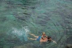 Natação do pai e da filha na piscina natural Charco De La Laja, no norte de Tenerife Fotografia de Stock Royalty Free