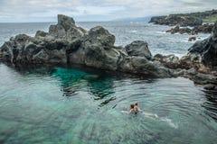 Natação do pai e da filha na piscina natural Charco De La Laja, no norte de Tenerife Imagem de Stock Royalty Free