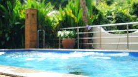 Natação e nadadas de salto da jovem mulher acima, fora da associação no movimento lento 1920x1080 video estoque