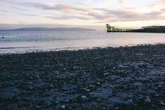 Natação exterior original pelo mar na praia do blackrock da baía de Galway fotografia de stock royalty free