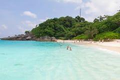 Natação não identificada do turismo nas ilhas bonitas Imagem de Stock Royalty Free