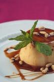 Nata Brule en salsa del caramelo con las almendras Foto de archivo libre de regalías