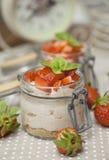 Nata de la fresa con queso del mascarpone y albahaca en el top Foto de archivo libre de regalías