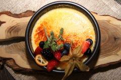 Nata quemada con la fruta fresca Imagen de archivo