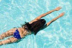 Natación apta de la mujer en la piscina imagenes de archivo