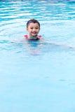 Natación asiática de Little Boy del chino en la piscina Imágenes de archivo libres de regalías