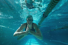 Natación atlética del nadador hacia cámara Fotos de archivo libres de regalías