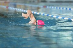 Natación atlética joven del hombre fotos de archivo