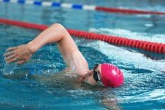 Natación atlética joven del hombre imágenes de archivo libres de regalías