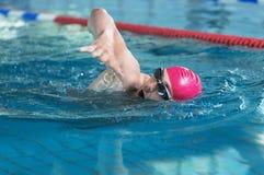 Natación atlética joven del hombre fotos de archivo libres de regalías